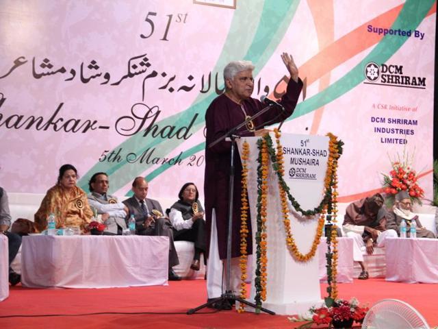 Javed Akhtar reciting his poem at the 51st Shankar-Shad (Indo-Pak) Mushaira in New Delhi. (HT Photo)