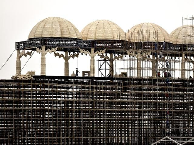 Construction underway on the Yamuna bank along the DND for the Art of Living event.(Virendra Singh Gosain/HT Photo)