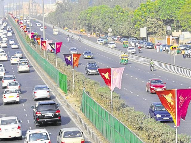 Flags bearing the logo of the Happening Haryana Investors Summit 2016 adorn the Delhi-Gurgaon Expressway.(Abhinav Saha/HT Photo)