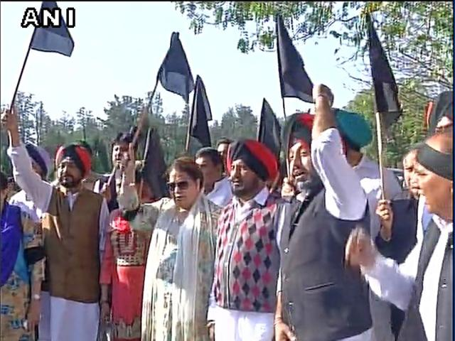 Water sharing: Cong protests with black flags, boycott Solanki's  address