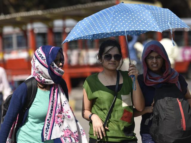 The Colaba weather station recorded a temperature of 22.5 degrees Celsius, which was 0.6 degree above normal, while the Santacruz weather station recorded 20 degrees Celsius, 0.3 degree below normal.