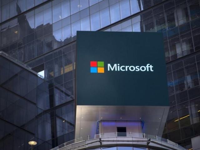 Microsoft takes on Oracle, opening up database software to