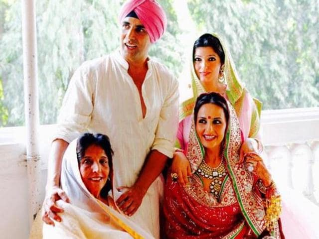 The four, all decked up as if going for a family function, look gorgeous in their amazing dresses, especially Akshay's sister Alka Bhatia