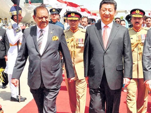 Chinese President Xi Jinping with his Pakistani counterpart Mamnoon Hussain (left) and Prime Minister Nawaz Sharif (right) upon his arrival at Nur Khan air base in Rawalpindi, April 20, 2015.