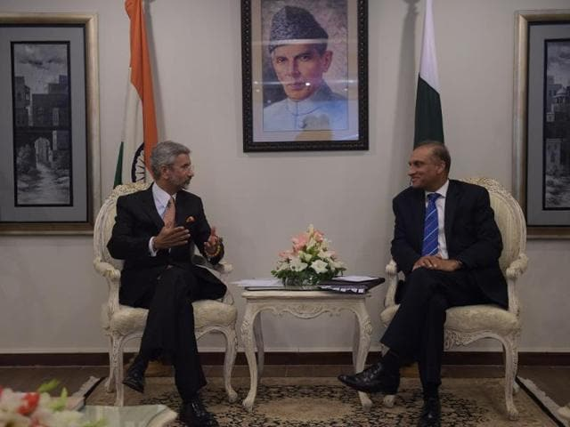 India's foreign secretary S Jaishankar (left) holds talks with his Pakistani counterpart Aizaz Ahmed Chaudhry in Islamabad in March 2015.