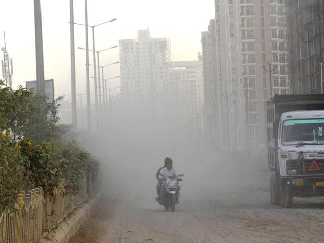 Once we breathe in these micro particles, they never leave our body, increasing the chances of strokes, seizures, cardiovascular disease, cancer and impaired brain function.(Mohd Zakir/Hindustan Times)