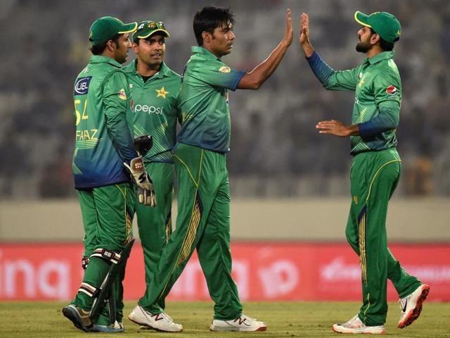 Pakistan's Mohammad Sami (C) celebrates with teammates after the dismissal of India's Virat Kohli.