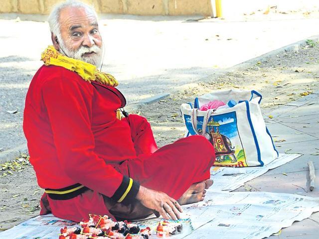 Delhi travelling toy man