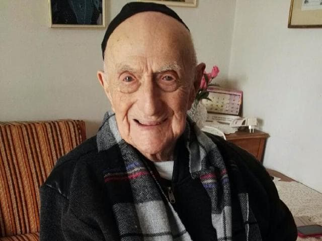 (FILES) This file photo taken on January 22, 2016 shows Yisrael Kristal sitting in his home in the Israeli city of Haifa. Kristal, a 112-year-old Israeli Holocaust survivor who lived through both world wars, is now the world's oldest living man, Guinness World Records said on March 11, 2016.