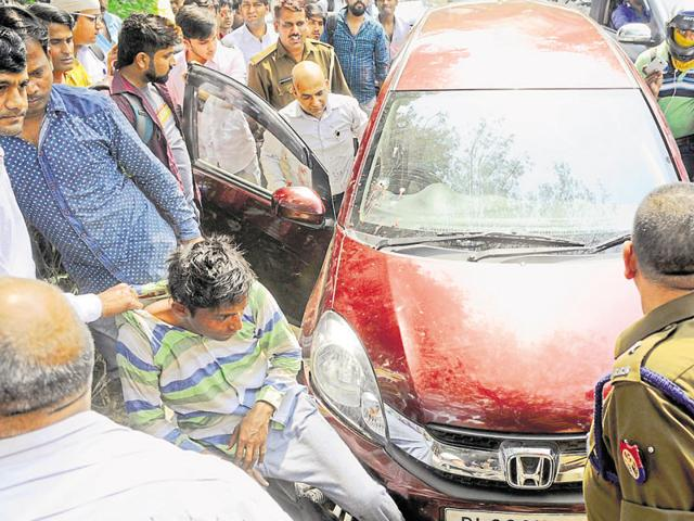 Passersby caught hold of 22-year-old Pankaj Kumar after he shot Rakesh Awasthi and tried to steal his laptop bag from his car on Thursday.