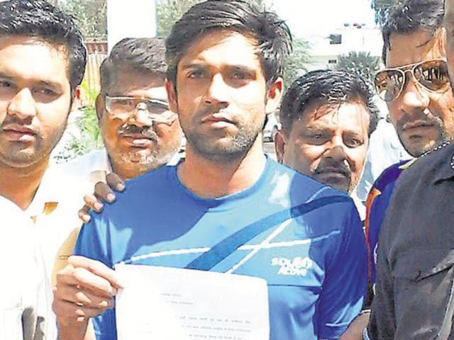 Vikas Chaudhary (centre) in Ghaziabad to complain against student leader Kanhaiya Kumar on Saturday.