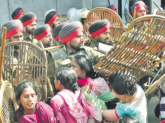 Police in a bid to handle protestors at Giaspura flats in Ludhiana.