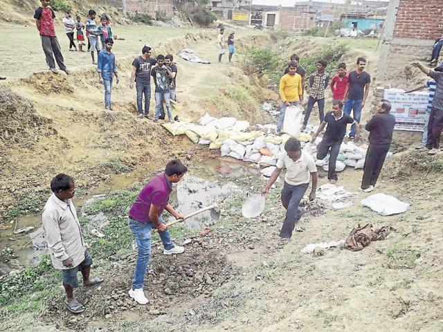 Residents of Yamuna Nagar make a makeshift check-dam for water conservation.