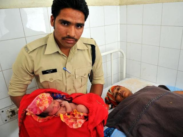 Cop rushes woman to hospital for delivery,Yogesh Dabe,Vicky Kerasiya
