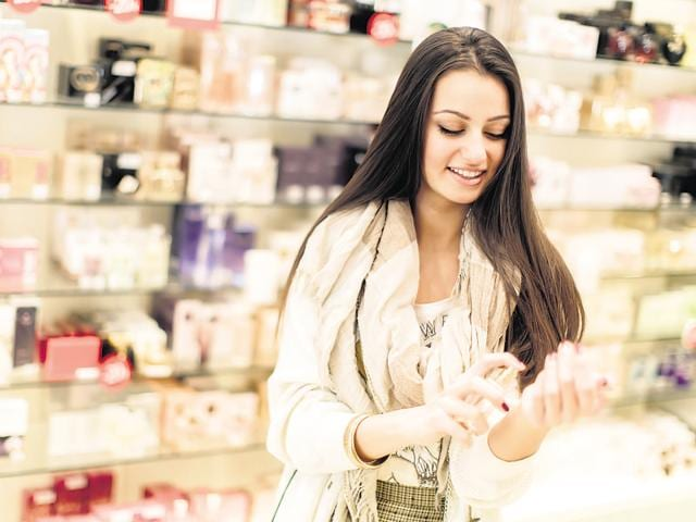 Spray perfume in the wrists so that the fragrance diffuses well