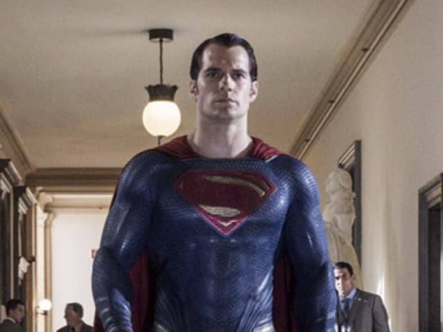 Henry Cavill proves glasses are enough to transform Metropolis' saviour into a journalist.