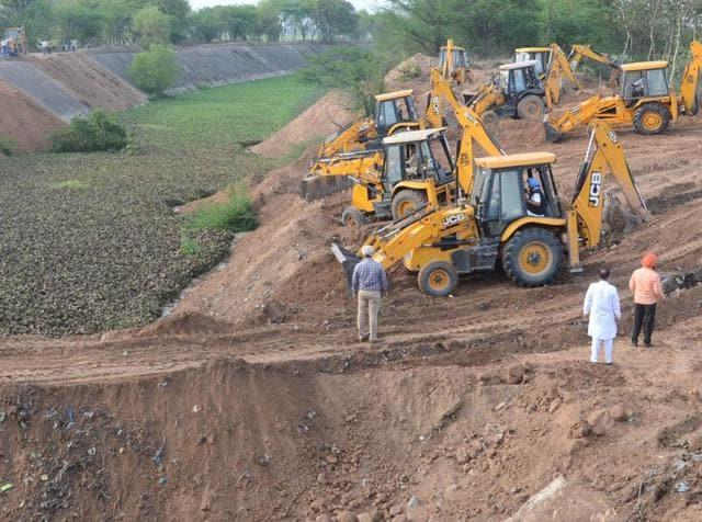 ABC Machine Filling up the Sutlej-Yamuna Link (SYL) Canal near Rajpura on Wednesday, March 16, 2016.(Bharat Bhushan/ HT Photo)