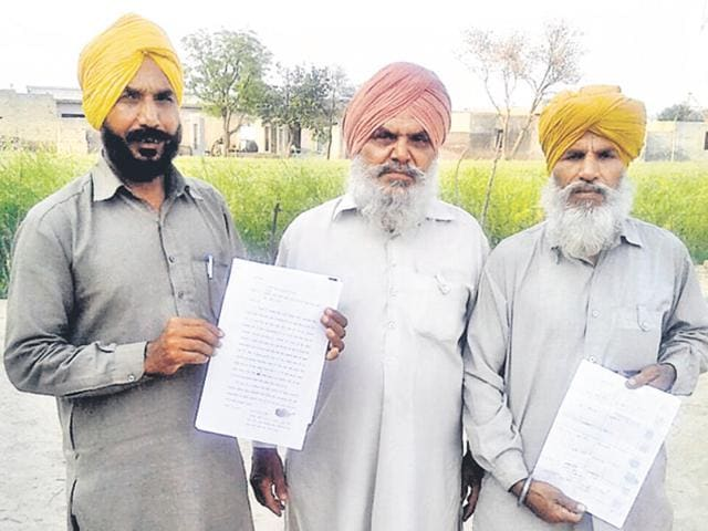 Aggrieved farmers showing the information document received following an RTI plea on the distribution of compensation in Mansa.
