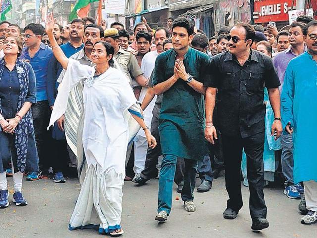 Trinamool supremo Mamata Banerjee leads a procession in Howrah on Sunday, accompanied by party candidates Vaishali Dalmiya and Laxmi Ratan Shukla.