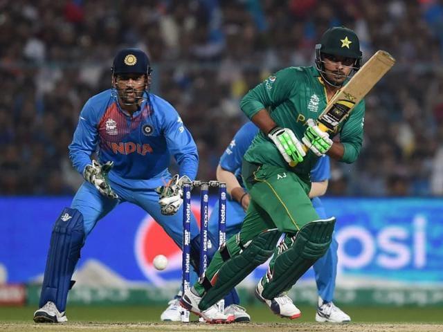 India's captain Mahendra Singh Dhoni(L)and teammate Virat Kohli speak during the World T20 cricket tournament.
