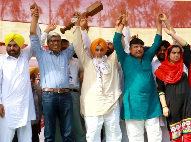 From left to right: AAP leaders  Bhagwant Mann, Ashutosh,  Sucha Singh Chhotepur, Sanjay Singh and others during the rally.