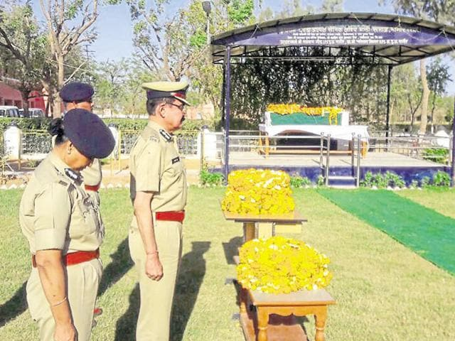 Director general of police Manoj Bhatt pays homage to the slain policeman at Nagaur on Tuesday.