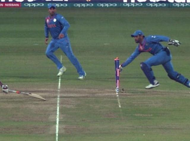 Dhoni  runs out Bangladesh's Mustafizur Rahman.