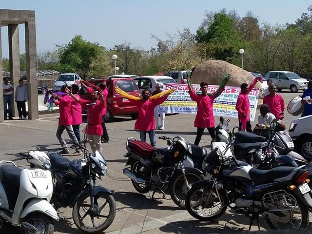 Artists stage a street play at Shakti Bhawan in Jabalpur on Wednesday to encourage defaulters to pay their dues on time.(HT photo)