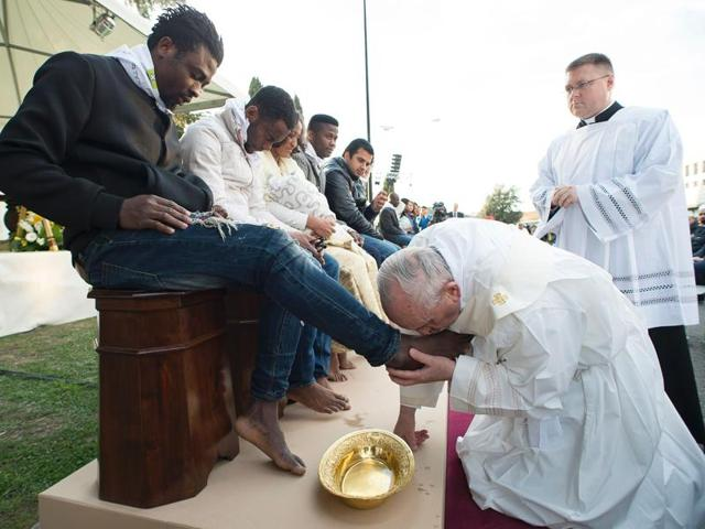 Pope Francis washed Muslims migrants feet
