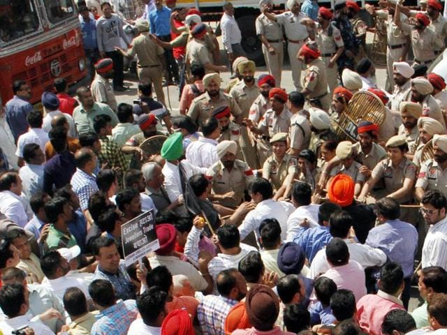 Police countered the procession of more than one thousand members at the Ladhowal Chowk itself and thrashed the jewellers and members of political parties profusely who were leveraging support to the former.