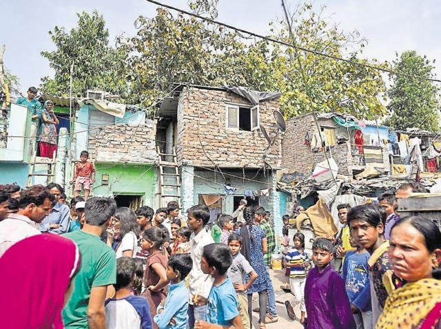 Unhappy with the slum dwellers passing through their bungalows, the residents in the past tried putting up a gate to secure the colony.