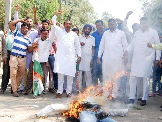 Congress councillors burning an effigy of municipal commissioner Anil Garg in Bathinda on Saturday.