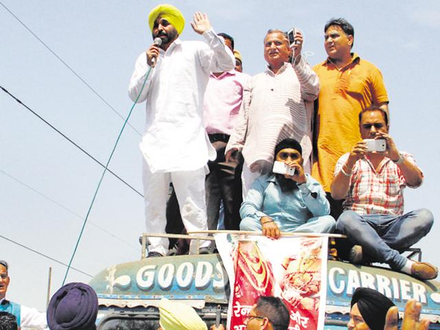 MP Bhagwant Mann, who extended support to protesting jewellers, addressing the gathering;