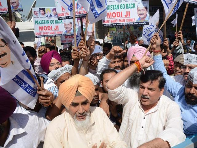 AAP leaders Sucha Singh Chhotepur and Sanjay Singh lead a protest against the visit of Pakistani investigators in Pathankot on Tuesday.(Sameer Sehgal/HT Photo)