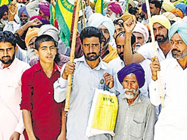 Farmers taking out a protest march in Bathinda on Monday.(Sanjeev Kumar/HT Photo)
