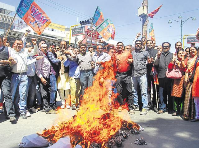 BJP members burn effigies of CM Harish Rawat and speaker Govind Singh Kunjwal in Dehradun on March 21.