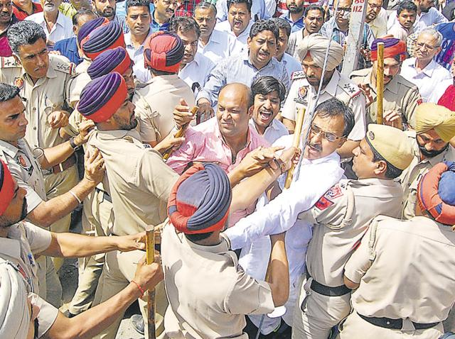 Cops confront jewellers during a protest march in Bathinda on Tuesday.