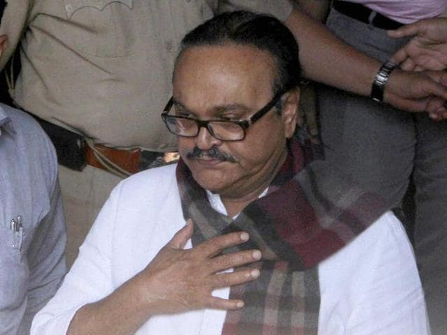 NCP leader Chhagan Bhujbal, arrested in connection with the Maharastra Sadan scam case, being taken to the Sessions Court by Enforcement Directorate officials in Mumbai.