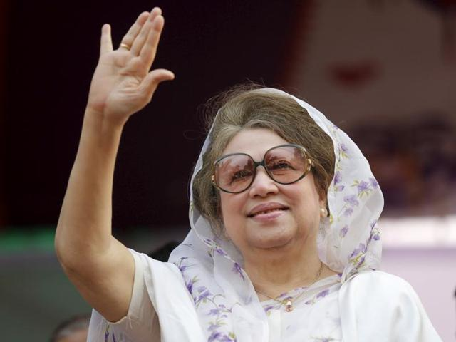 Bangladesh Nationalist Party (BNP) chief Khaleda Zia waves to activists at a rally in Dhaka in this file picture from January 2014. A Bangladeshi court issued an arrest warrant on Wednesday for the former prime minister over a deadly firebombing attack last year.