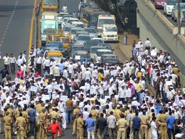 Members of the jewellers' association blocked the Sion-Panvel highway at CBD Belapur in Navi Mumbai on Tuesday.