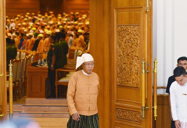 Myanmar's new president Htin Kyaw (C) first Vice President Myint Swe (L) and second Vice President Henry Van Thio swearing-in at union parliament in Naypyitaw March 30, 2016.