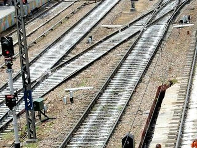 Suicide pact,Lovers jump before train,Love pact