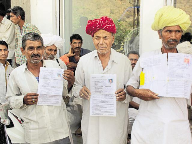 Doda post sellers show their license.(HT Photo)