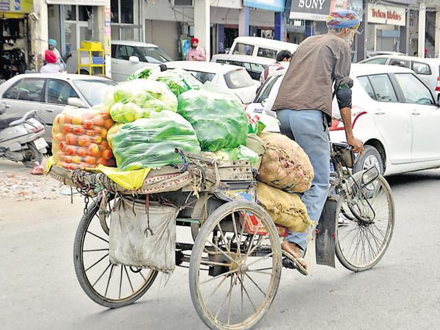 As the state government order puts a ban on use of polybags in urban areas from April 1, there appears no impact in the city.