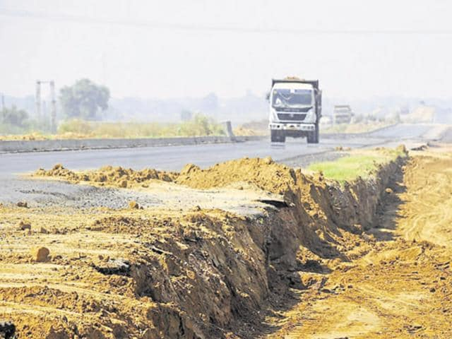 The much-delayed 136-km Kundli-Manesar-Palwal (KMP) expressway stretch will be inaugurated at Palwal on Tuesday.(HT file)
