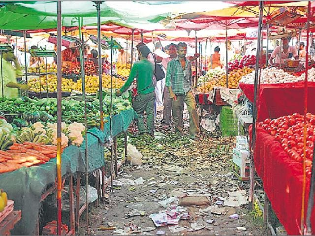 During a visit to these mandis by HT, it was found that poly bags are still used by the vendors. Mobile toilets are conspicuous by their absence and no checks on overcharging and traffic chaos are the order of the day near these markets.