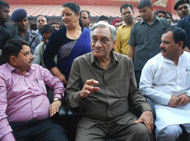 Vijay Bahuguna (C) told HT that he will file a defamation suit against Rawat if the latter did not apologise for his allegation that the BJP bribed him to win his support, within three days.