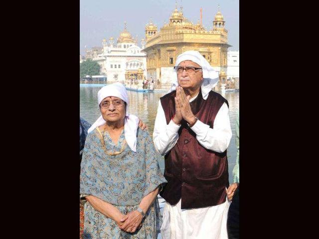 BJP veteran LK Advani (R) and wife Kamla Advani (L) at the Golden Temple in Amritsar.(HT File Photo)