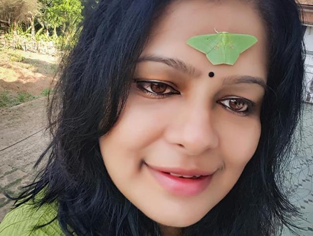 Bindiya chamkegi! The moth perches delicately on the forehead.