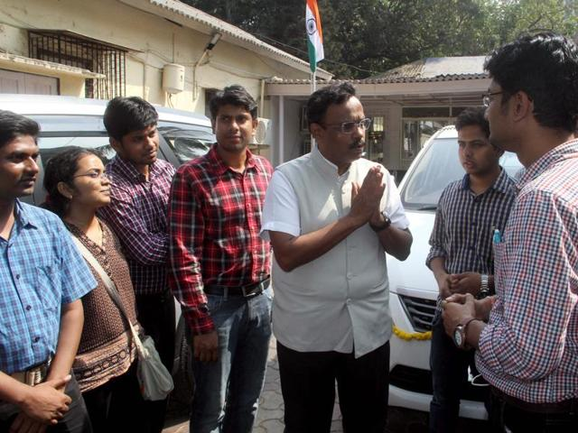 Doctors of JJ Hospital and education minister Vinod Tawde (centre) discuss the issue in Mumbai on Saturday.